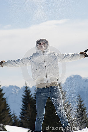 Mujer que juega con nieve