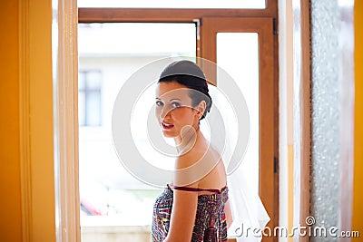 Mujer que mira detrás