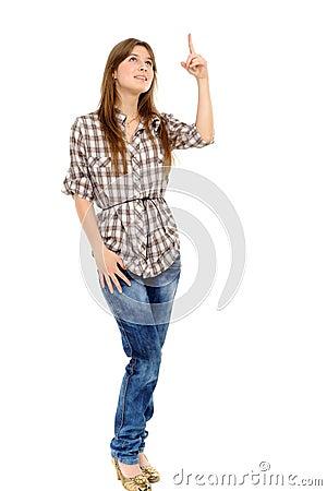 Mujer que muestra en algo por un dedo