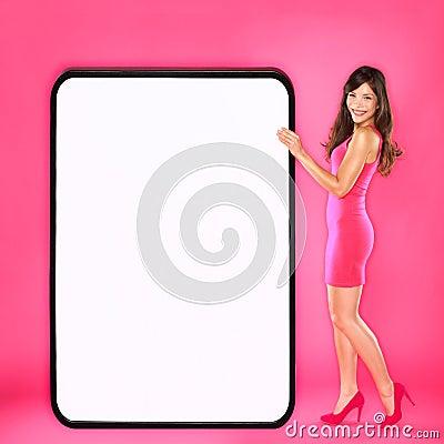 Mujer que muestra la muestra grande