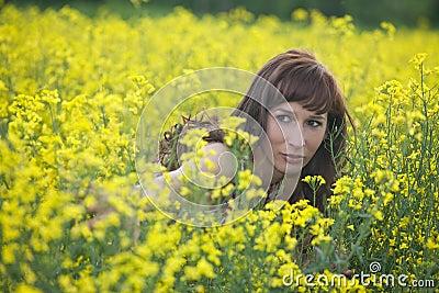 Mujer que oculta en campo
