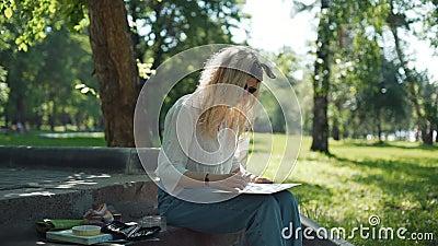 Mujer que prepara un bosquejo para la imagen futura almacen de video