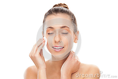 Mujer que quita maquillaje