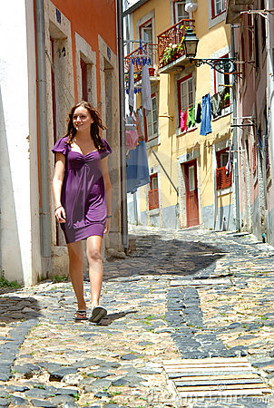 Mujer que recorre en una calle estrecha de Portugal