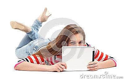 Mujer que se acuesta con la tableta digital