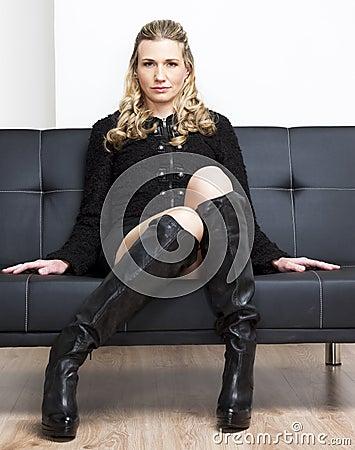 Mujer que se sienta en el sofá