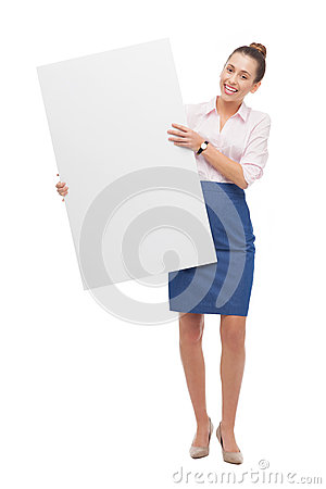 Mujer que sostiene el cartel en blanco