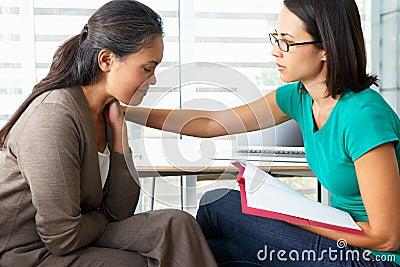 Mujer que tiene asesoramiento de la sesión