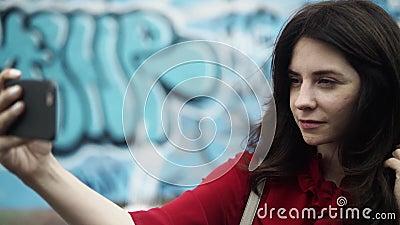 Mujer que toma un selfie cerca del muro de Berlín, fondo borroso almacen de video