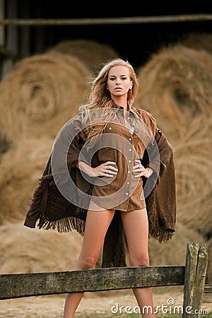 Mujer rubia atractiva en granero