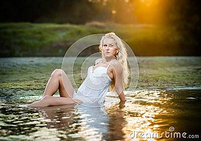 Mujer rubia atractiva en ropa interior en un agua de r o fotos de archivo imagen 27965103 - Fotografias de mujeres en ropa interior ...