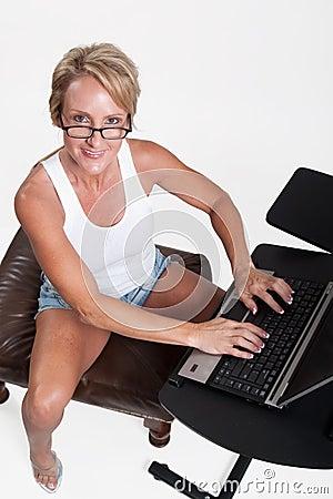 Mujer rubia caucásica de los años  40 atractivos