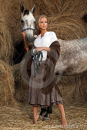 Mujer rubia con el caballo