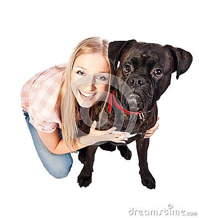 Mujer adulta con un collar de perro