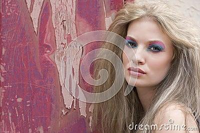 Mujer rubia con maquillaje brillante