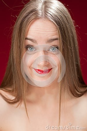 Mujer rubia descreída
