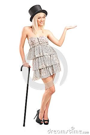 Mujer rubia que celebra el bastón y gesticular