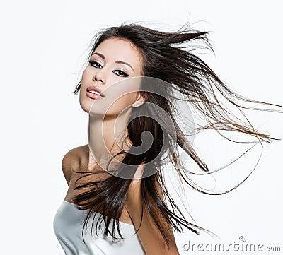 Mujer sensual con los pelos marrones largos hermosos