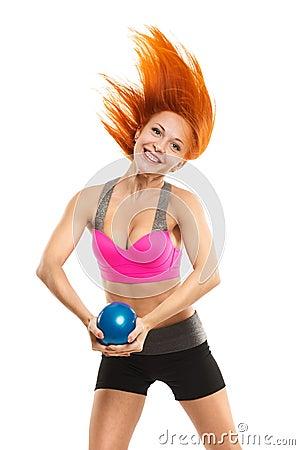 Mujer sensual hermosa que hace aptitud con la bola