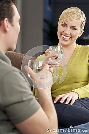 Mujer sobre un vidrio de consumición romántico de la fecha de agua