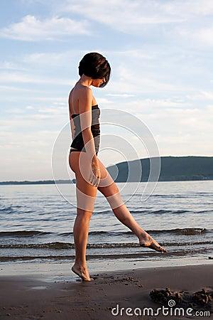 Mujer sola en la playa