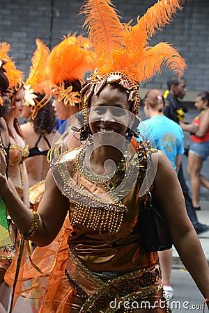 Mujer sonriente en el carnaval, Notting Hill Imagen de archivo editorial