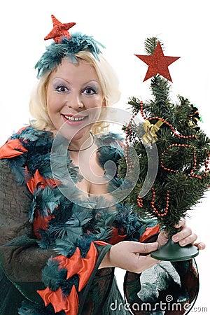 Mujer sonriente en el traje del árbol de navidad