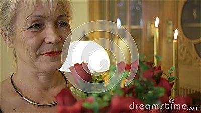 Mujer sonriente feliz que sostiene un ramo grande de rosas rojas Cumpleaños, día de madres, aniversario o tarjetas del día de San