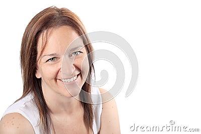 Mujer sonriente hermosa en años  40 tempranos