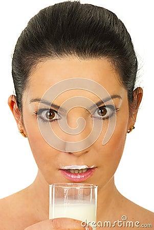 Mujer sorprendente con el bigote de la leche