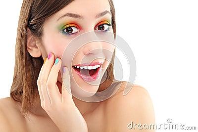 Mujer sorprendida con sombreador de ojos colorido
