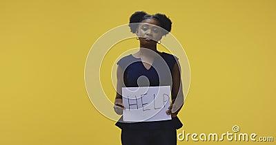 Mujer sosteniendo un cartel de ayuda almacen de video