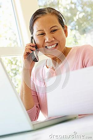 Mujer taiwanesa mayor que trabaja en casa foto de archivo imagen 54952145 - Trabaja en casa ...