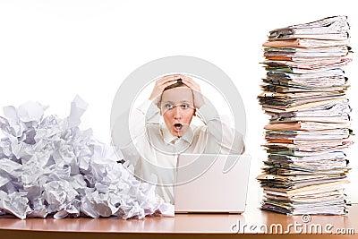 Mujer tensionada en el trabajo