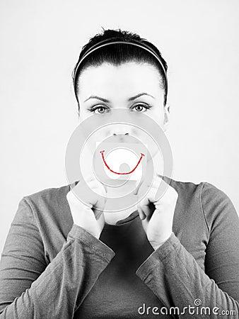Mujer triste con sonrisa falsa.
