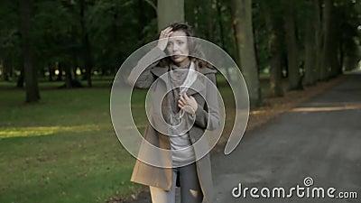 Mujer triste y gritadora almacen de video