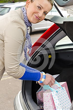 Mujer y coche