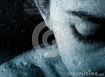 Mujer y gotas de la lluvia