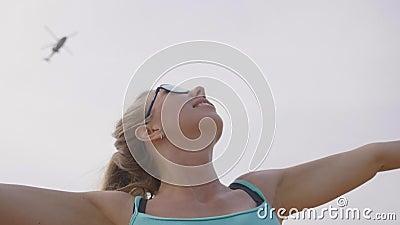 Mujer y helicóptero metrajes