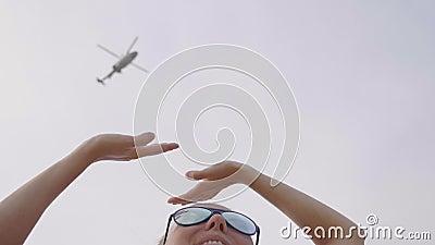 Mujer y helicóptero almacen de metraje de vídeo