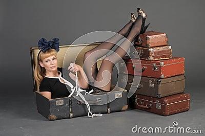 Mujer y maletas viejas