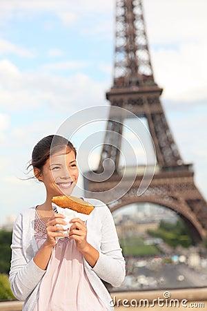 Mujer y torre Eiffel de París