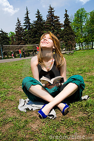 Mujeres bastante jovenes que leen un libro