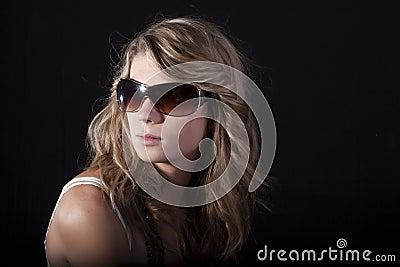Mujeres bonitas con las gafas de sol