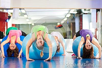 Mujeres de la aptitud de la gimnasia - entrenamiento y entrenamiento
