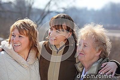 Mujeres de tres generaciones de una familia