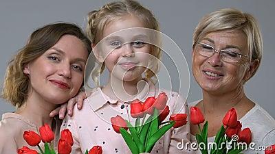 Mujeres de tres generaciones que celebran los tulipanes, tradición de la familia para celebrar el 8 de marzo almacen de video