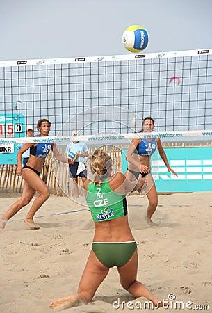 Mujeres del voleibol de la playa Imagen de archivo editorial