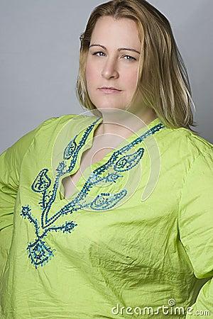 Mujeres gordas en camisa de la arruga