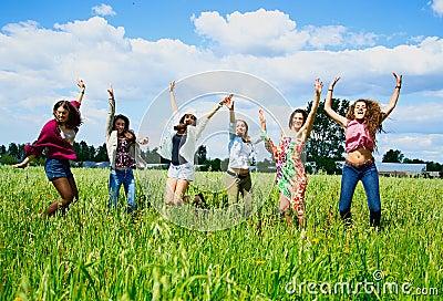 Mujeres jovenes que saltan con alegría.